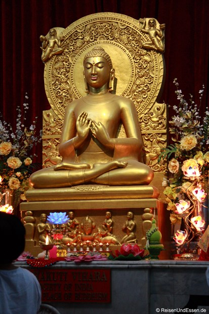 Goldener Buddha im Tempel in Sarnath