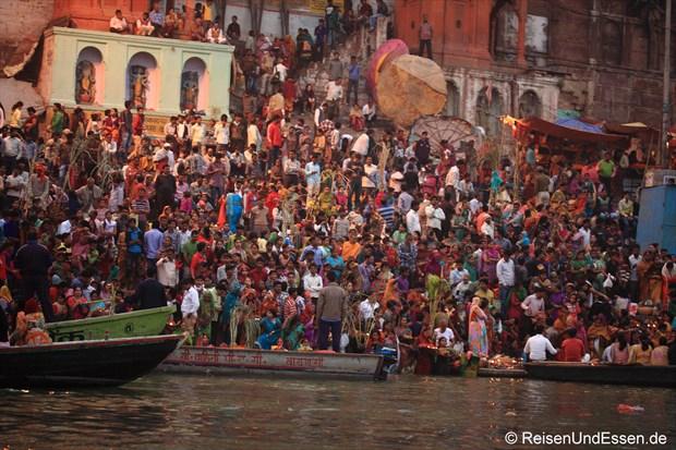 Gläubige warten auf den Ghats auf den Sonnenaufgang in Varanasi