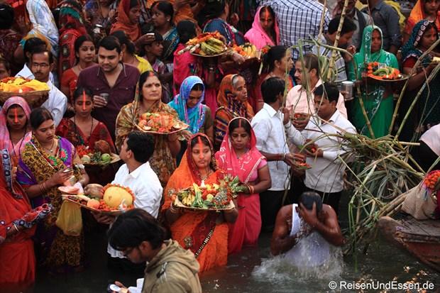Opfergaben für den heiligen Ganges