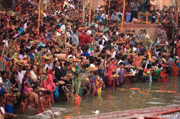 Gläubige warten am Ganges auf den Sonnenaufgang