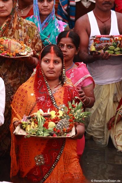 Inderin mit ihren Opfergaben für den heiligen Ganges