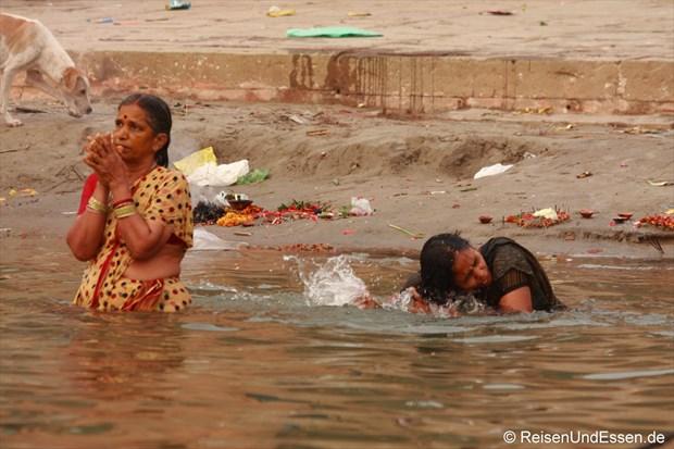 Bad am Morgen im heiligen Wasser des Ganges
