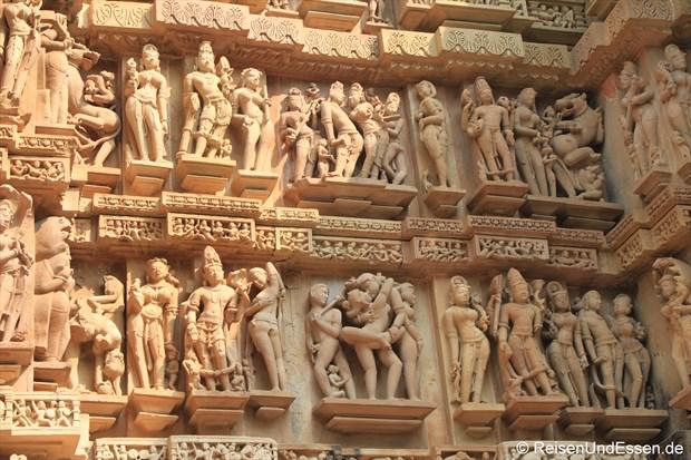 Tänzerinnen am Lakshmana Tempel in der westlichen Tempelgruppe von Khajuraho