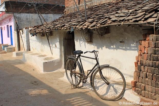 Fahrrad bei den Lehmhäusern in Khajuraho