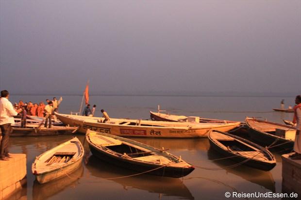 Am Ufer des Ganges in Varanasi vor Sonnenaufgang