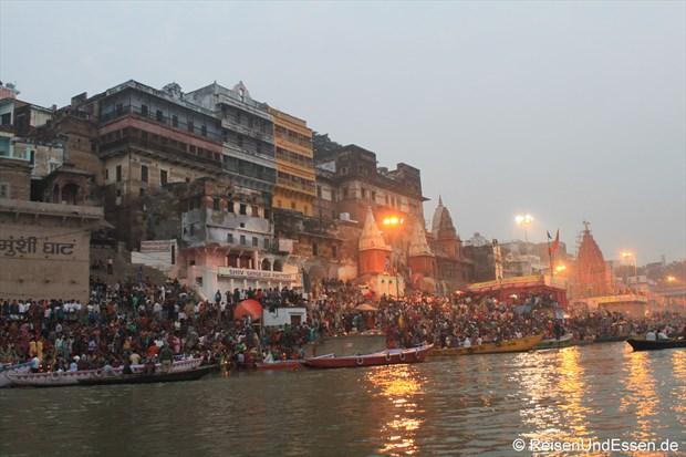 Ghats, Gläubige und Gebäude am Ganges in Varanasi
