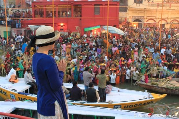 Blick auf die Gläubigen am frühen Morgen am Ganges