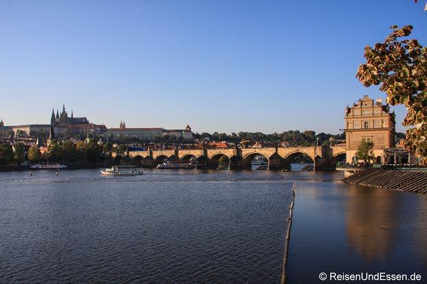 Blick auf Moldau, Karlsbrücke und Burg