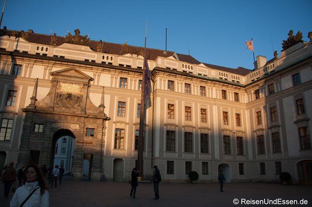 Prager Burg mit Restsonne am späten Nachmittag