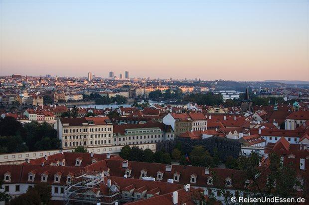 Abendlicher Blick auf Prag und Moldau