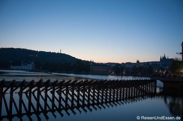 Blick auf die Moldau zur blauen Stunde