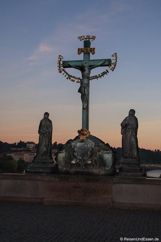 Kruzifix mit Steinstatuen aus 1629 auf der Karlsbrücke