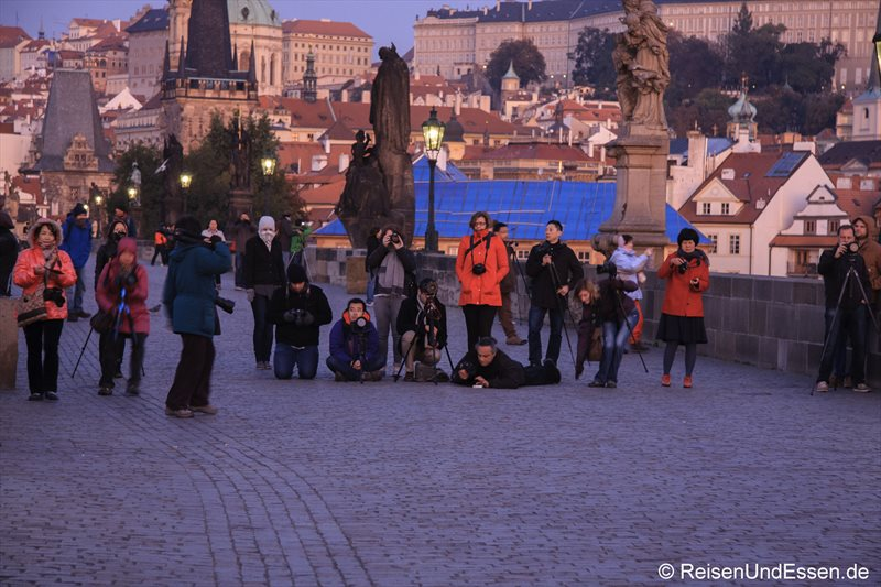 Fotografen auf der Karlsbrücke zu Sonnenaufgang