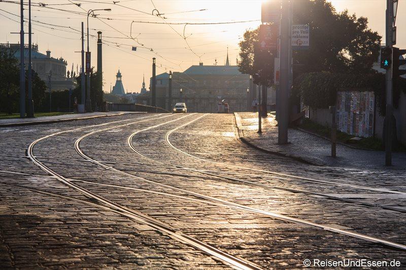 Straßenbahnschienen mit Kopfsteinpflaster im frühen Sonnenlicht