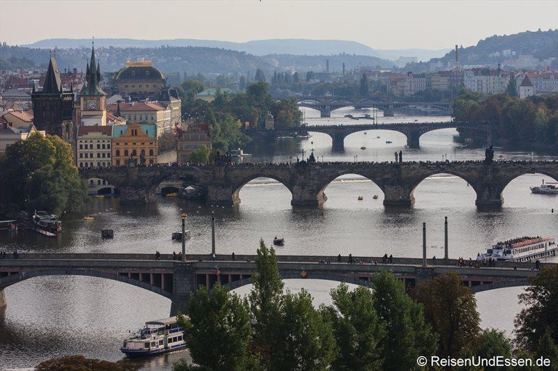 Blick auf fünf Brücken über die Moldau