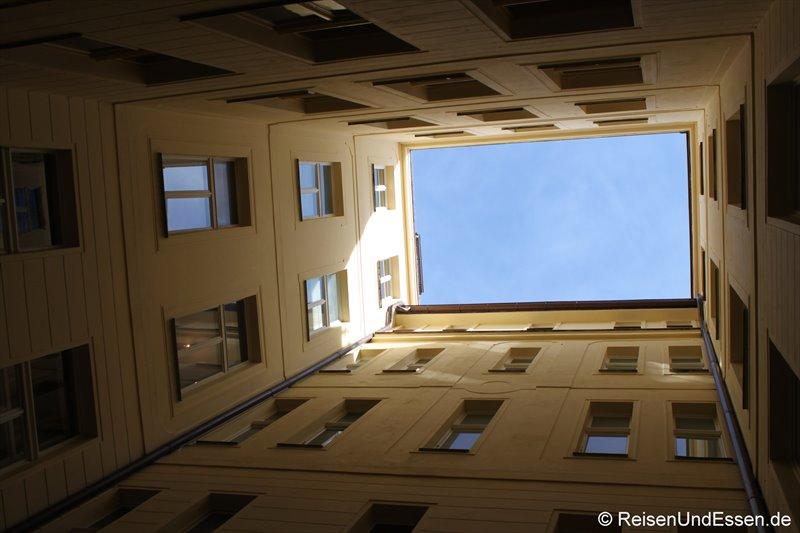 Blick in einem Innenhof zum Himmel