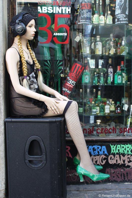 Vor einem Laden in den Gassen von Prag