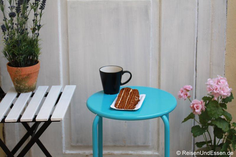Kuchenstück in Prag mit Tee