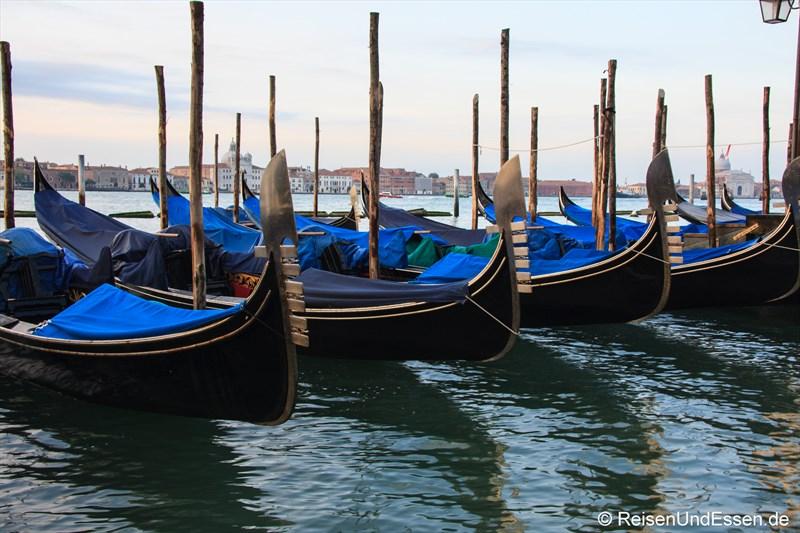 Gondeln im Morgenlicht in Venedig