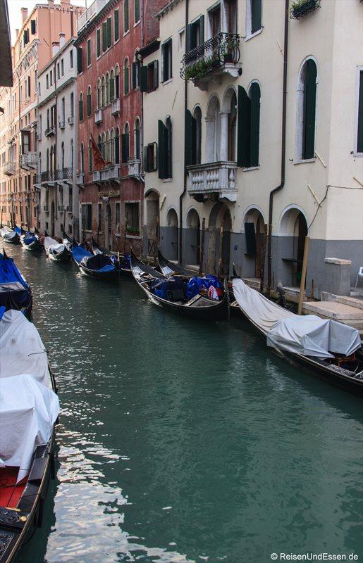 Venedig 412r_bearbeitet-1 Kanal Venedig Gondeln
