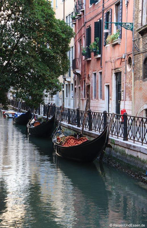 Venedig 454r_bearbeitet-1 Kanal Venedig Gondeln