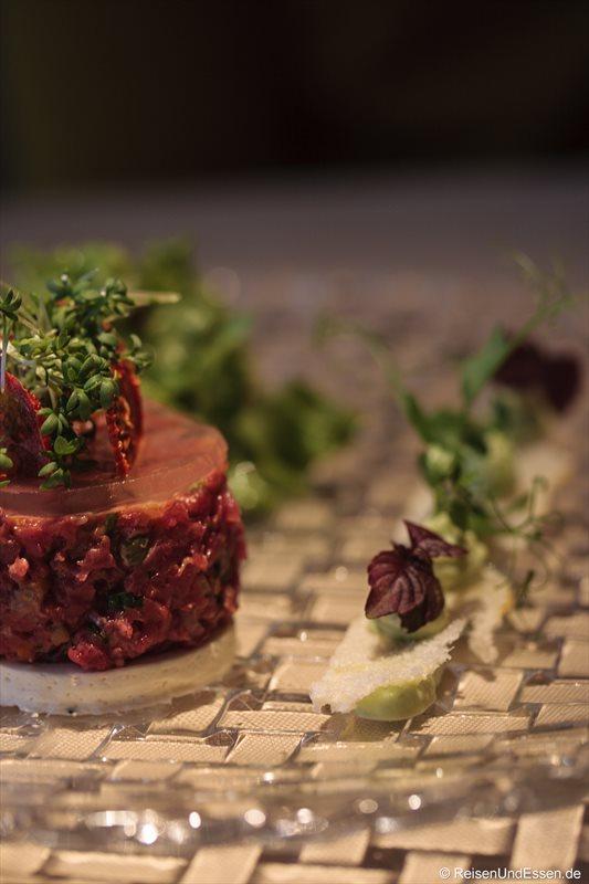 Frisches Rindertartar mit Ziegenkäse, Tomatengelée, Gartenkresse und Salbeicreme im 3'60° Restaurant