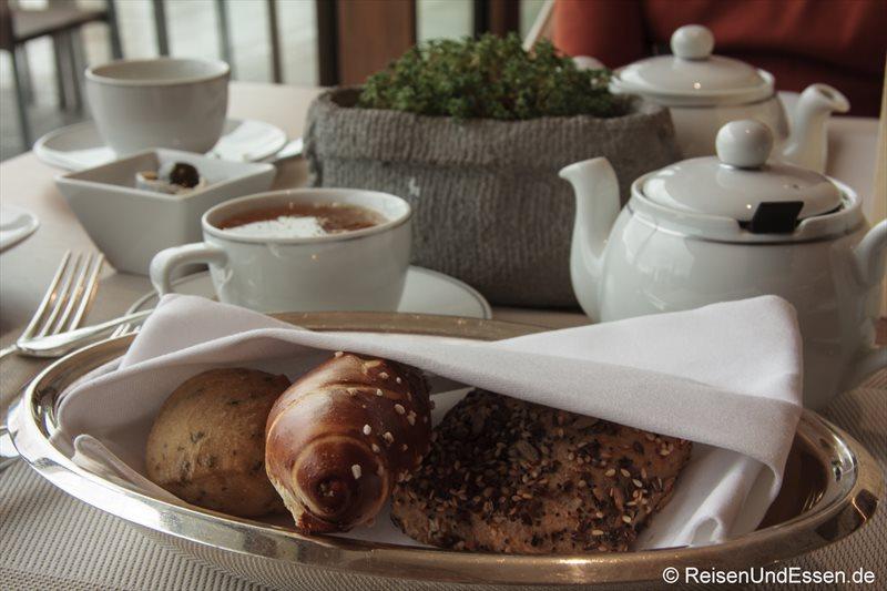 Brötchen und Tee beim zum Frühstück im 3'60° Restaurant