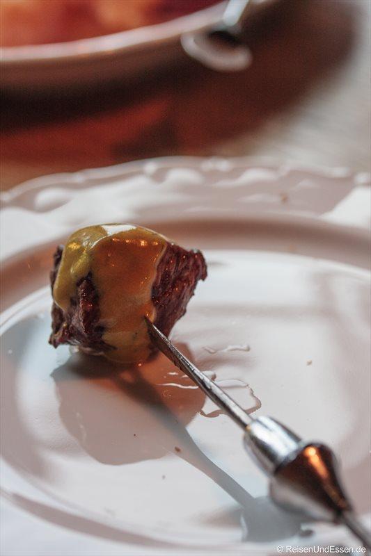 Fleisch mit Dipp vom Fondue in der Bayernstube