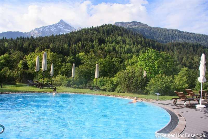 Außenbecken im Mountain Spa mit Blick auf Kehlstein