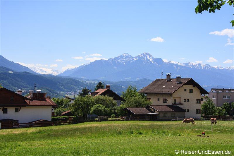 Aussicht vom Gasthof Ebner in Absam auf Ötztaler Gletscher und Patscherkofel