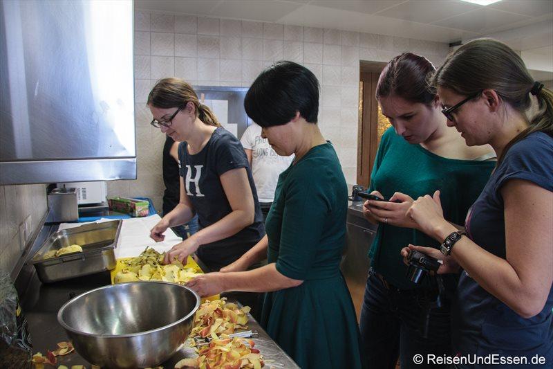 Reiseblogger beim Äpfel schälen und dokumentieren
