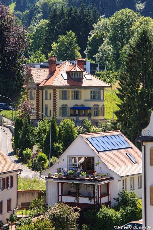 Alte Villa und Moderne in der Nähe der Oberstadt