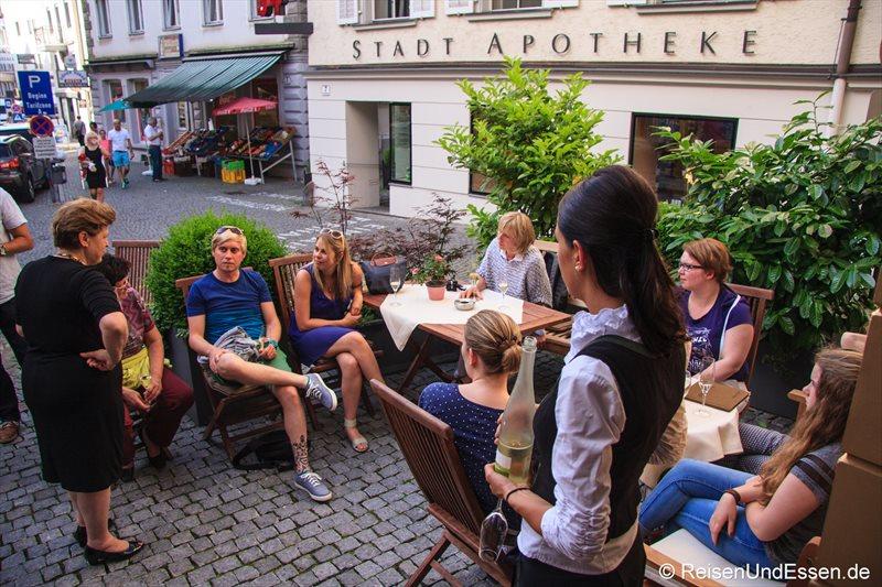 Blogger vor der Weinstube Kinz in Bregenz