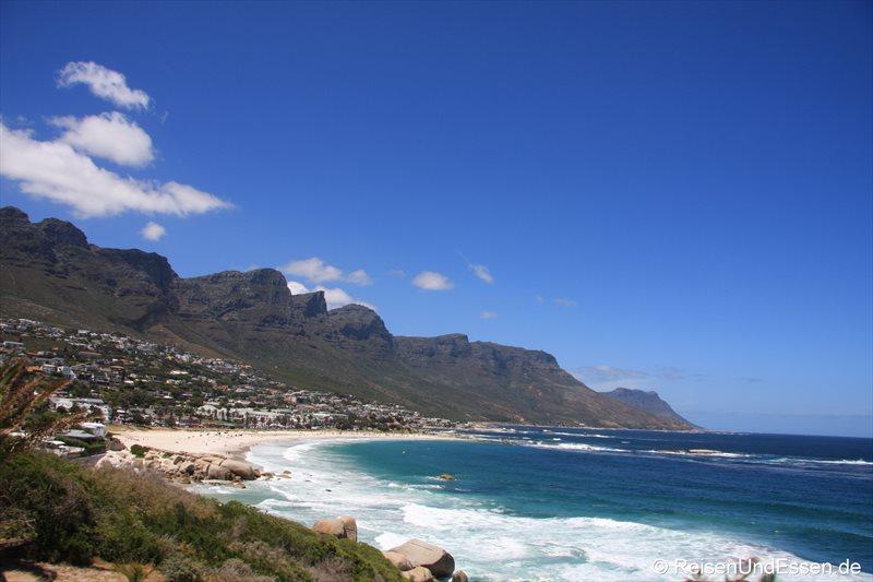 Blick auf Camps Bay und die Zwölf Apostel