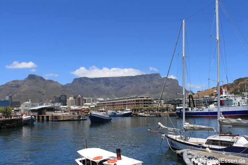 Blick auf Tafelberg von der V&A Waterfront in Kapstadt