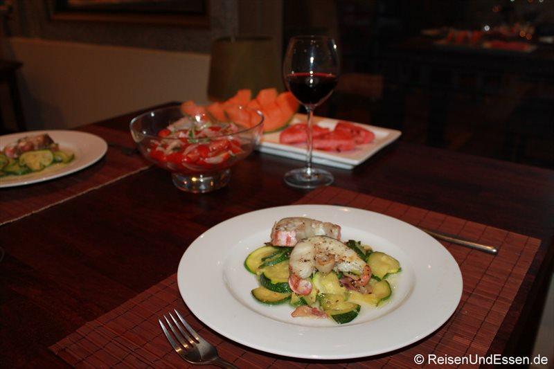 Abendessen mit Fisch und Zucchini