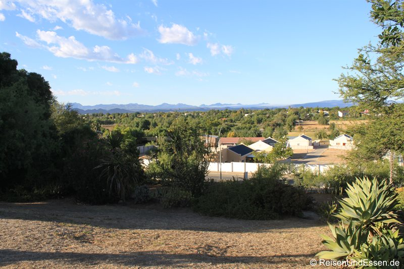 Blick von der Lodge auf Oudtshoorn und Klein Karoo