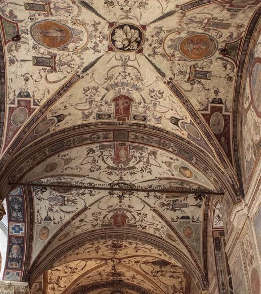 Decke mit Malereien in einer Passage in Florenz