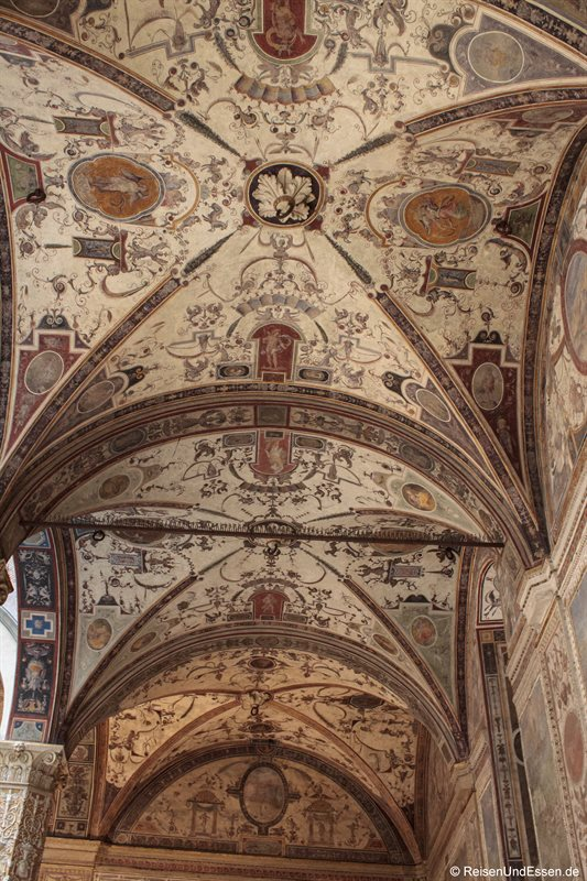 Decke mit Malereien in einem Laden in Florenz
