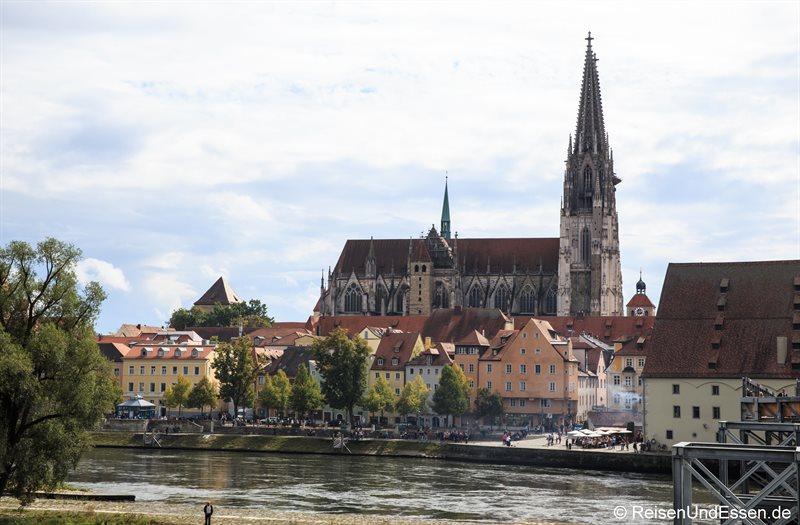Blick auf Dom St. Peter von der steinernen Brücke