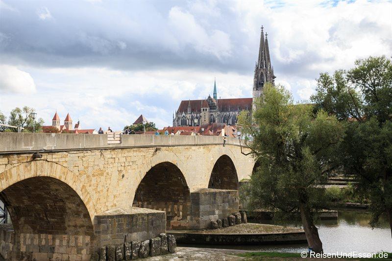 Blick auf steinerne Brücke und Dom St. Peter