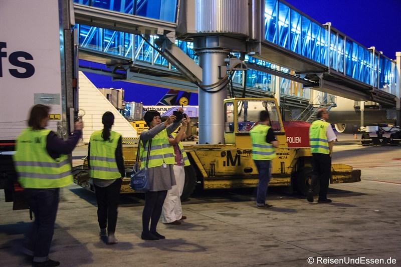 Reiseblogger in Aktion am Flughafen München