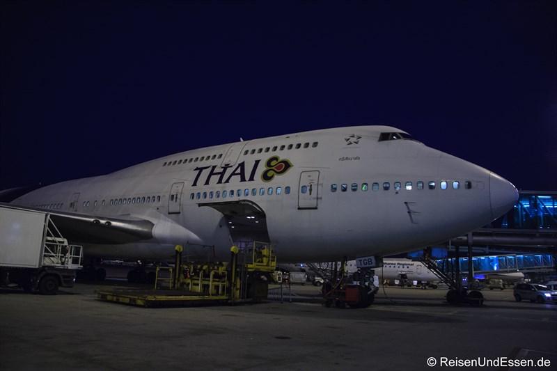 Gepäckverladung für Flug TG 925 Nach Bangkok mit Boeing 747-400