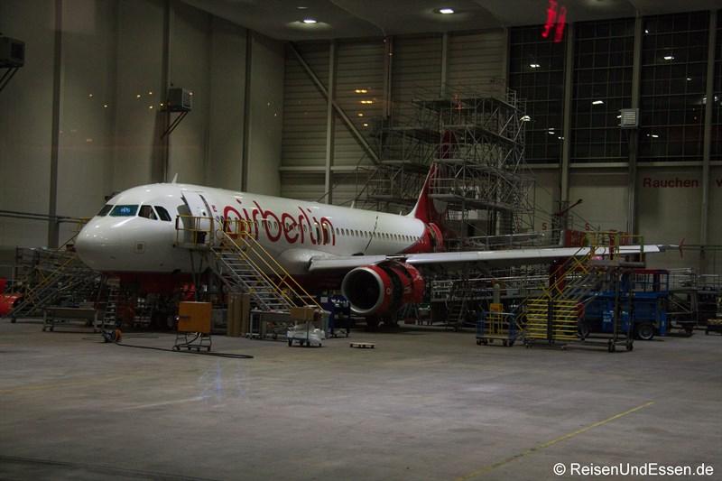 Flugzeug von Air Berlin in der Technik beim Check