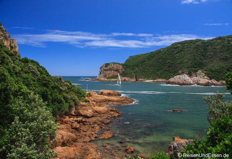 Segelboot durchquert The Heads in Knysna