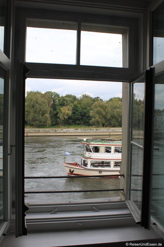 Blick auf ein Schiff auf der Donau
