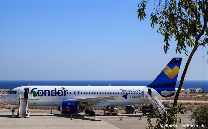 Ankunft auf dem Flughafen in Santorini