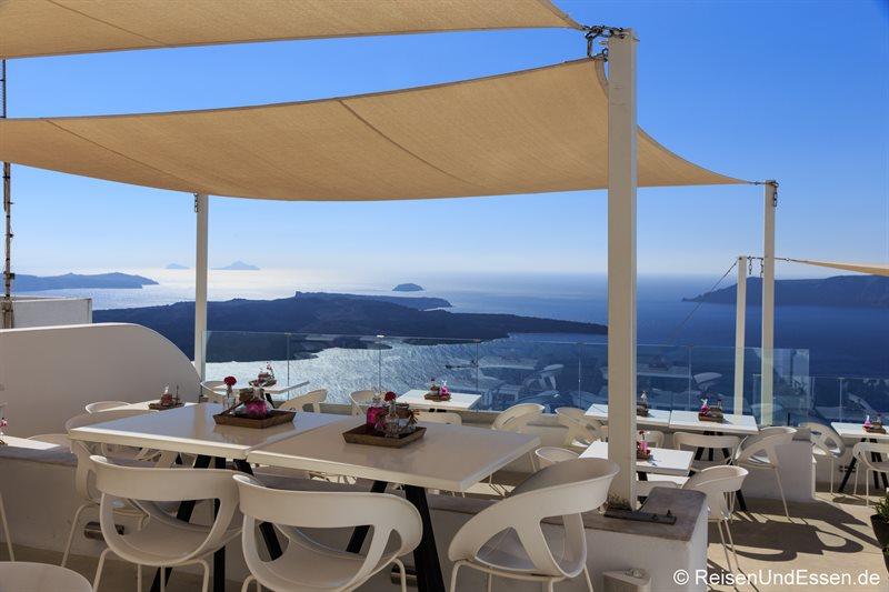Cafe in Firostefania mit Ausblick auf die Caldera