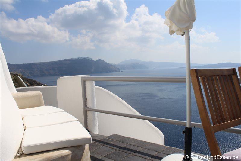 Terrasse in der White Pearl Villa mit Blick auf die Caldera
