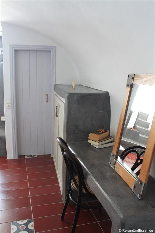 Schreibtisch und Schrank im unteren Schlafraum in der White Pearl Villa